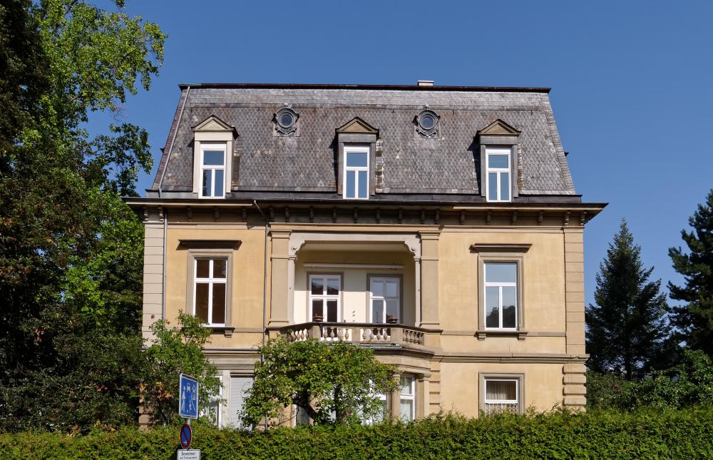 Loggia an denkmalgeschützter Kurvilla, Schieferdeckung Mansarddach, Prinzregentenstraße, Bad Kissingen