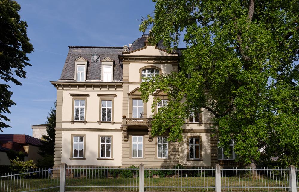 Kurvilla im Kurgebiet der Stadt Bad Kissingen, kuppelüberdachtem Mittelrisalit, Schieferdeckung Mansarddach